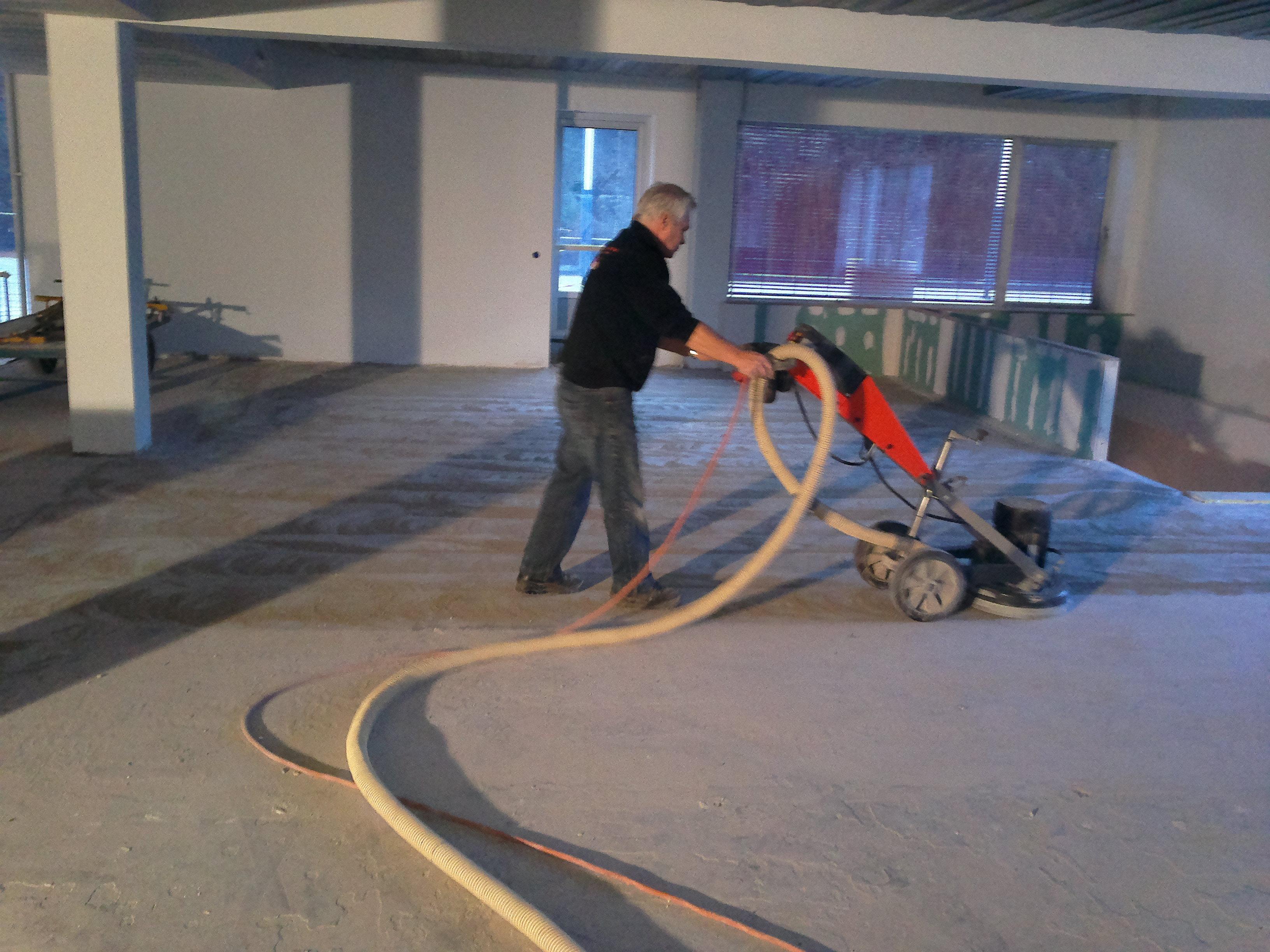 Oude lijmresten verwijderen van beton